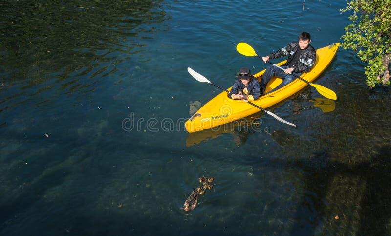 Christchurch, Nuova Zelanda - 3 ottobre 2017: Kayak asiatico delle coppie sul fiume di Avon di Christchurch, Nuova Zelanda fotografie stock