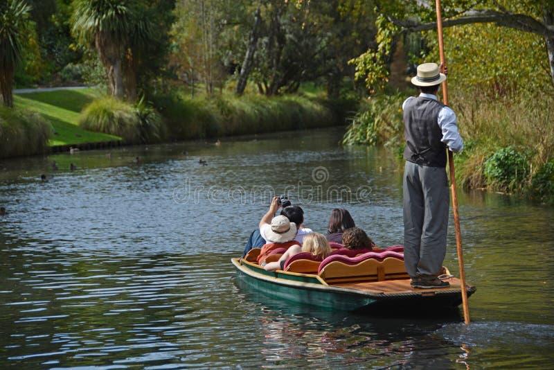 Att kryssa omkring besegrar floden på en söndageftermiddag arkivbilder