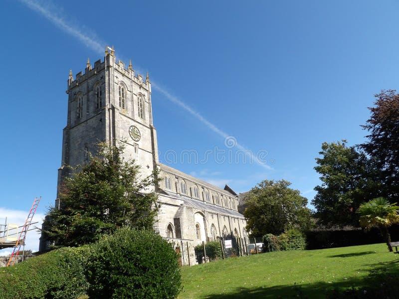 Christchurchkerk met heldere blauwe hemel en vliegtuigsleep royalty-vrije stock fotografie