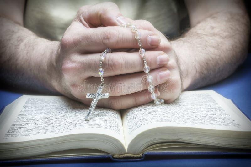 Download Christelijk Gelovige Die Aan God Met Rozentuin Bidden Stock Foto - Afbeelding bestaande uit heilig, geloof: 39102126
