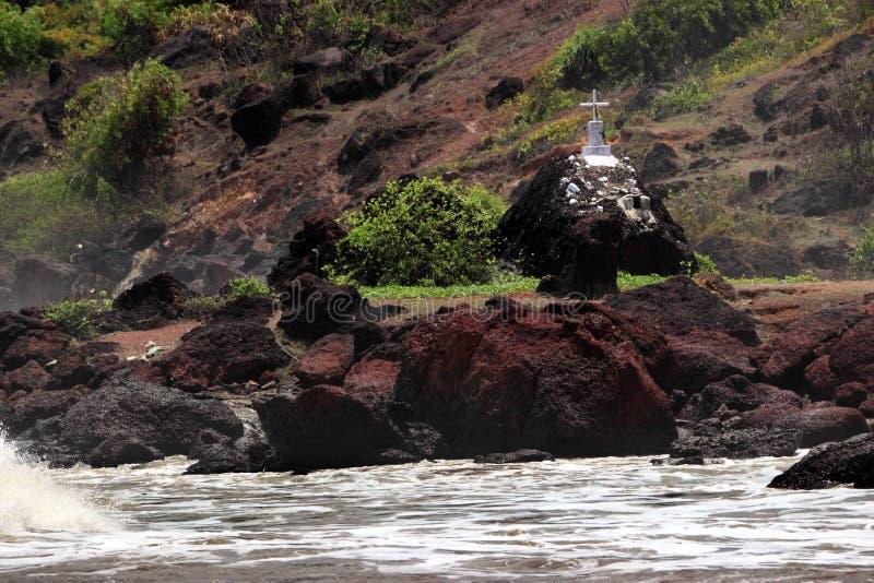 Christelijk graf dichtbij overzees, gevaar stock foto's