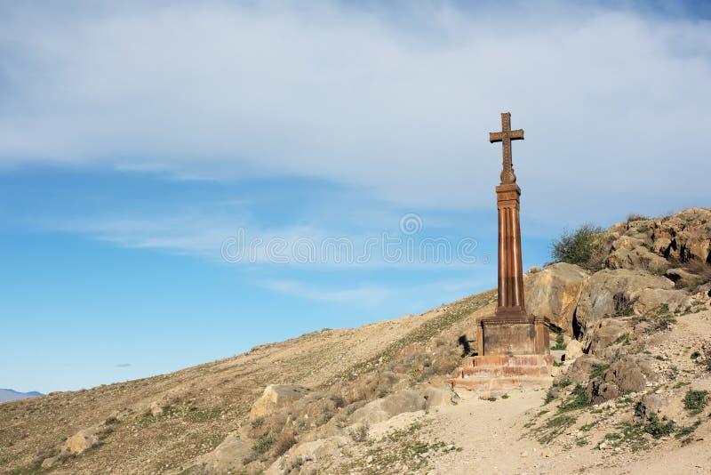 Christelijk kruis dichtbij oud klooster Khor Virap royalty-vrije stock afbeeldingen