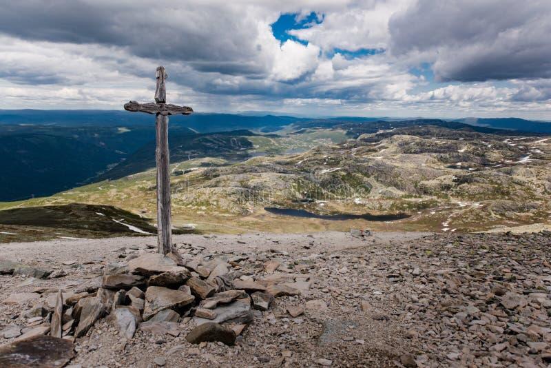 Christelijk kruis op de manier tot de bovenkant van Gaustatoppen stock afbeelding