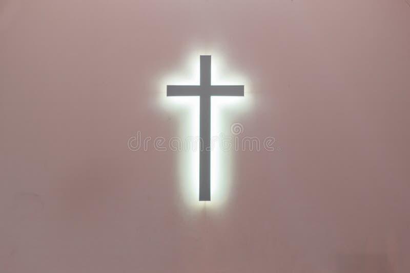 Christelijk kruis op een roze achtergrond een symbool van Christendom kruisiging royalty-vrije stock foto's