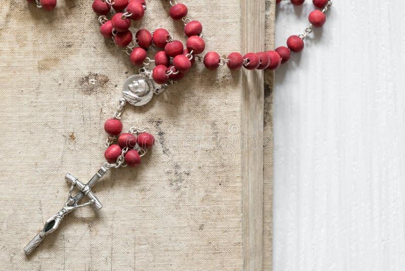 Christelijk kruis op het oude boek royalty-vrije stock foto's