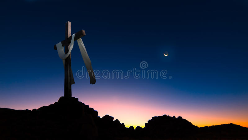 Christelijk kruis over donker zonsondergangpanorama als achtergrond stock afbeeldingen