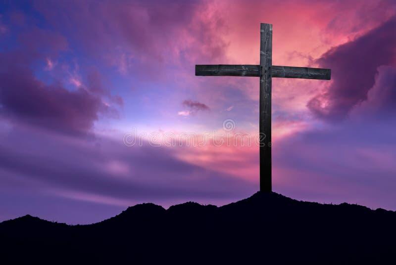 Christelijk kruis over donkere zonsondergangachtergrond royalty-vrije stock fotografie