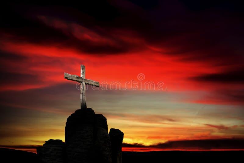 Christelijk kruis over donkerrode zonsondergangachtergrond stock foto's