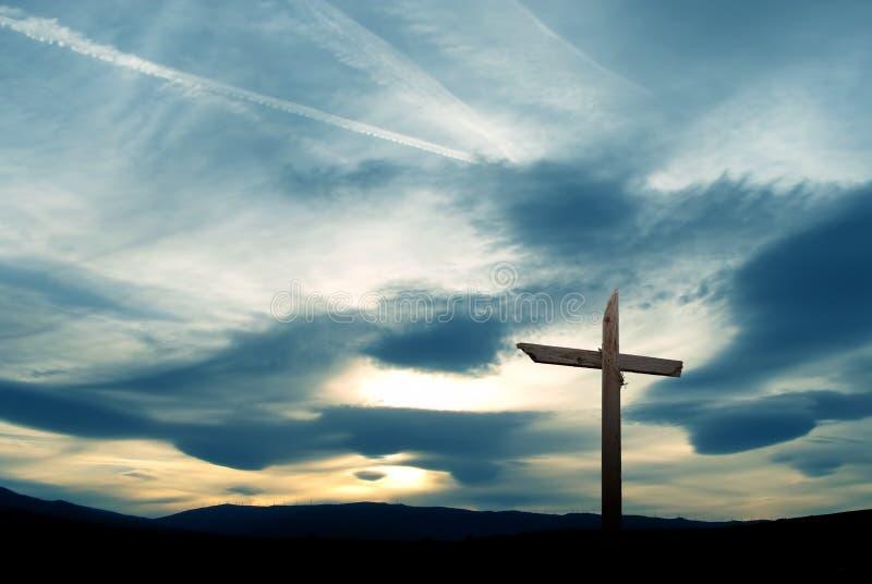 Christelijk kruis over mooie hemel stock afbeeldingen