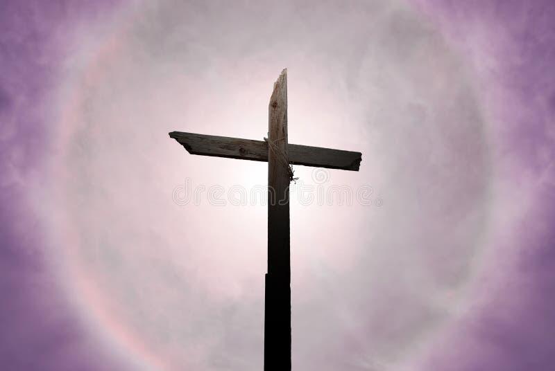 Christelijk kruis over mooie zonnige hemel royalty-vrije stock afbeeldingen