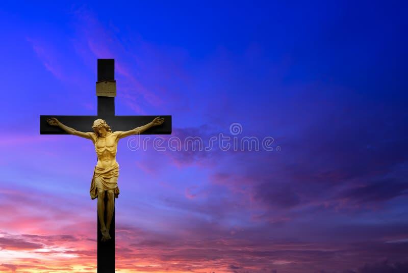 Christelijk kruis over mooie zonsondergangachtergrond stock afbeelding