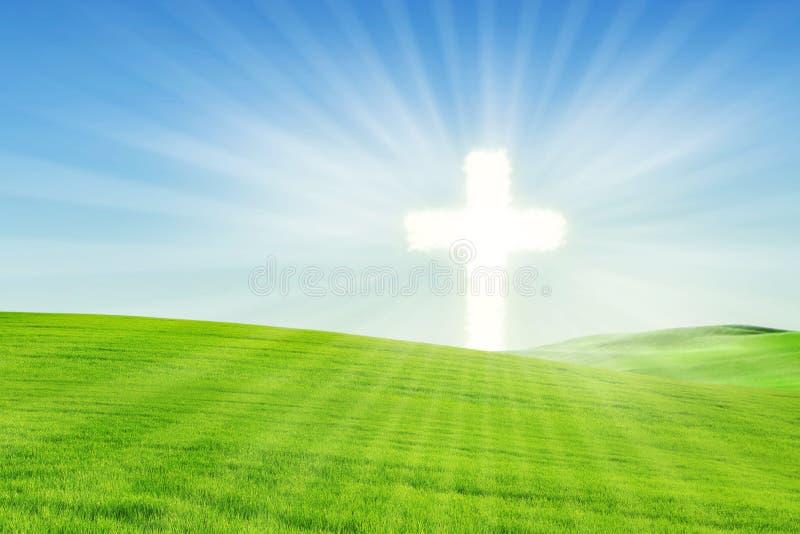 Christelijke achtergrond: Gloeiend Kruis op het gebied stock fotografie