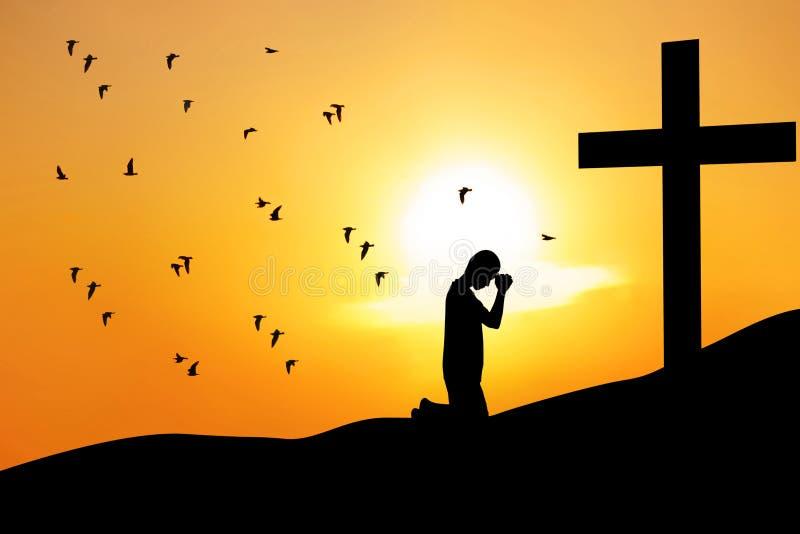 Christelijke achtergrond: mens die onder het kruis bidt stock afbeeldingen