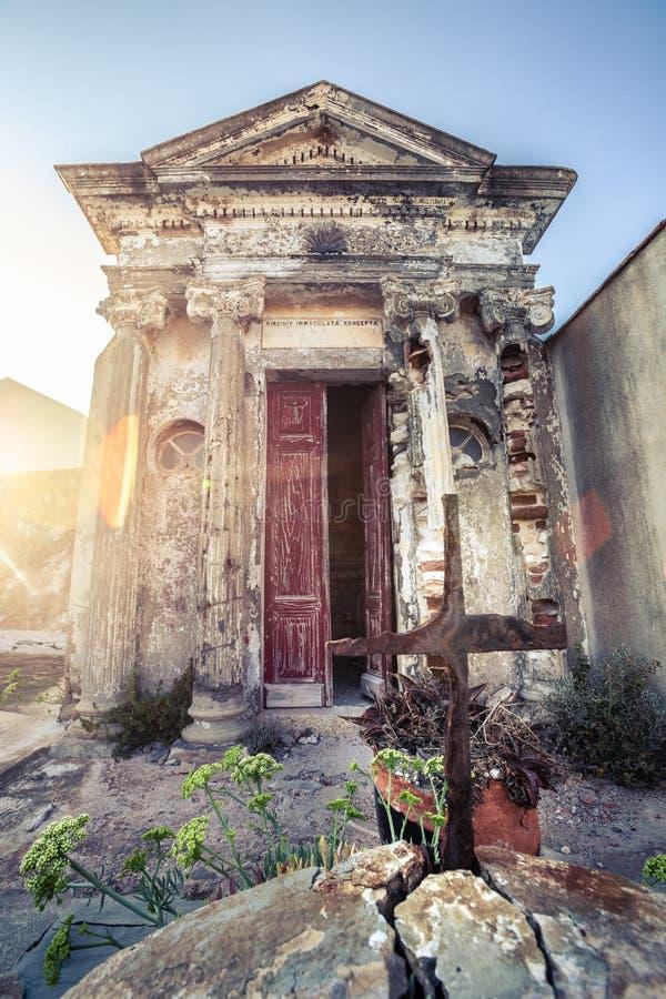 Christelijke begraafplaats, graf binnen de kleine bouw stock fotografie