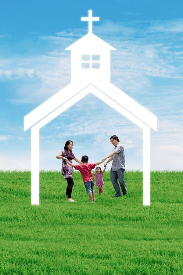 Christelijke familie bij kerk royalty-vrije illustratie