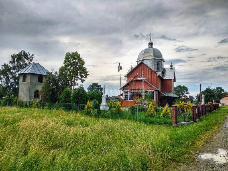 Christen alterten hölzerne Kirche und Glockenturm, Gebetsplatz, Ukraine lizenzfreies stockbild