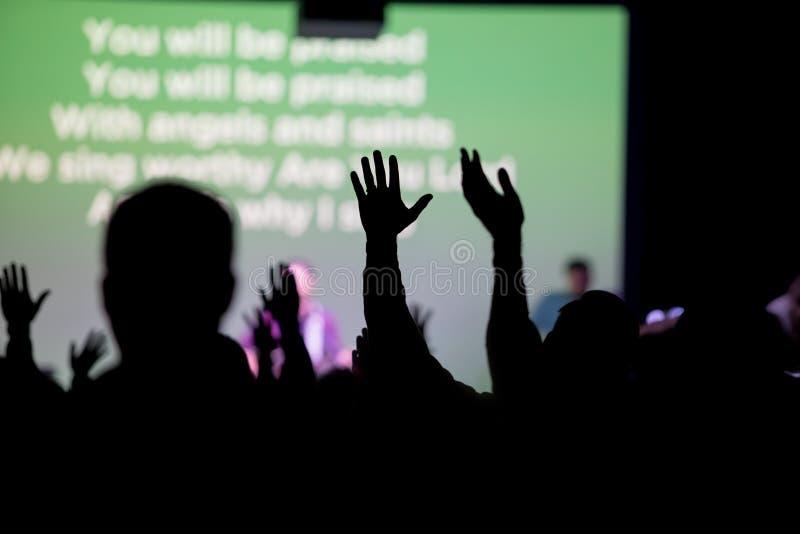Christen, die an der Kirche anbeten lizenzfreies stockbild