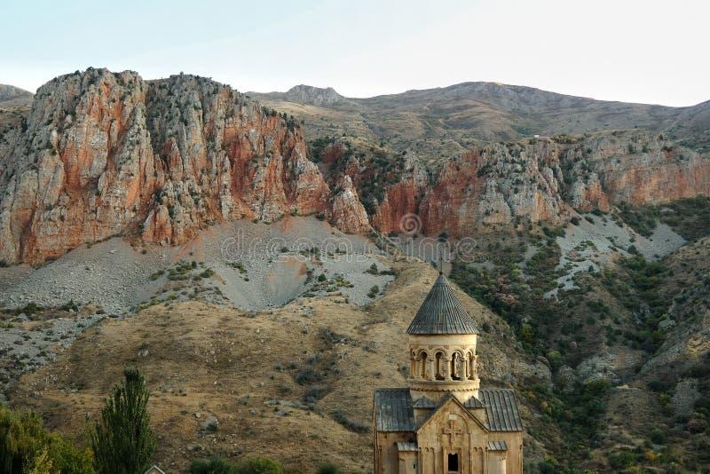 Christian Apostolic Church Noravank i Armenien på bakgrunden av de Kaukasus bergen royaltyfri foto