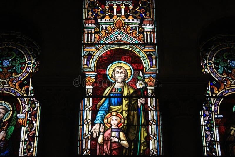 Christian Art en la catedral de Almudena en Madrid, cristianismo religioso histórico medieval de las ilustraciones del vitral fotografía de archivo libre de regalías