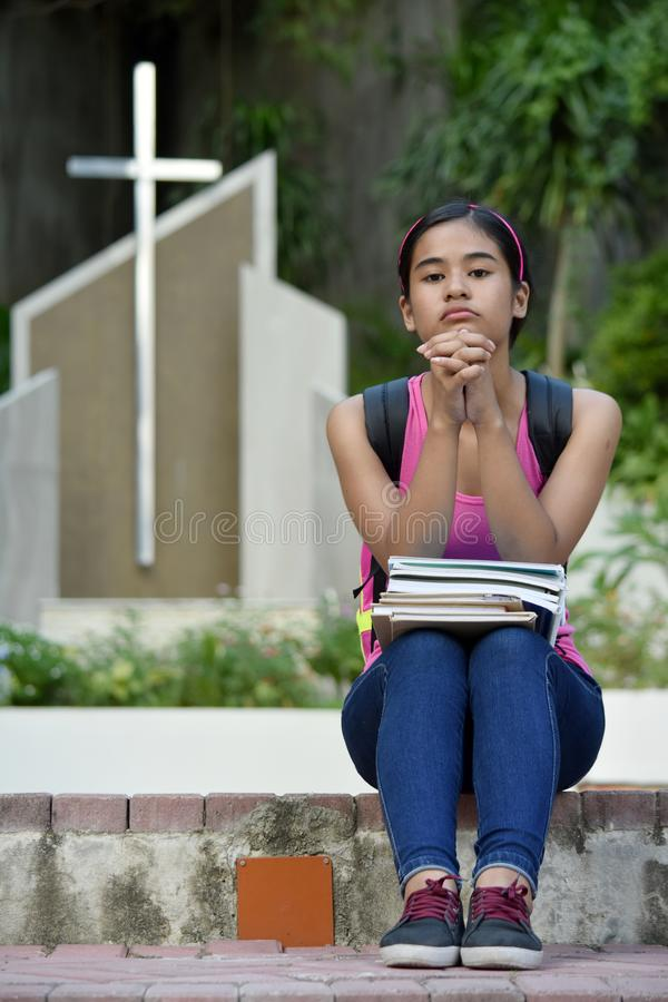 Christian Asian Girl i Prayer i kyrkan royaltyfria foton