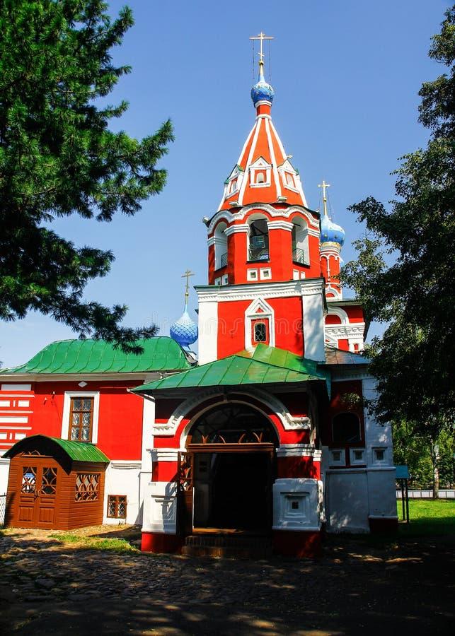 Christian Cathedral Branco-vermelho em um dia ensolarado fotografia de stock
