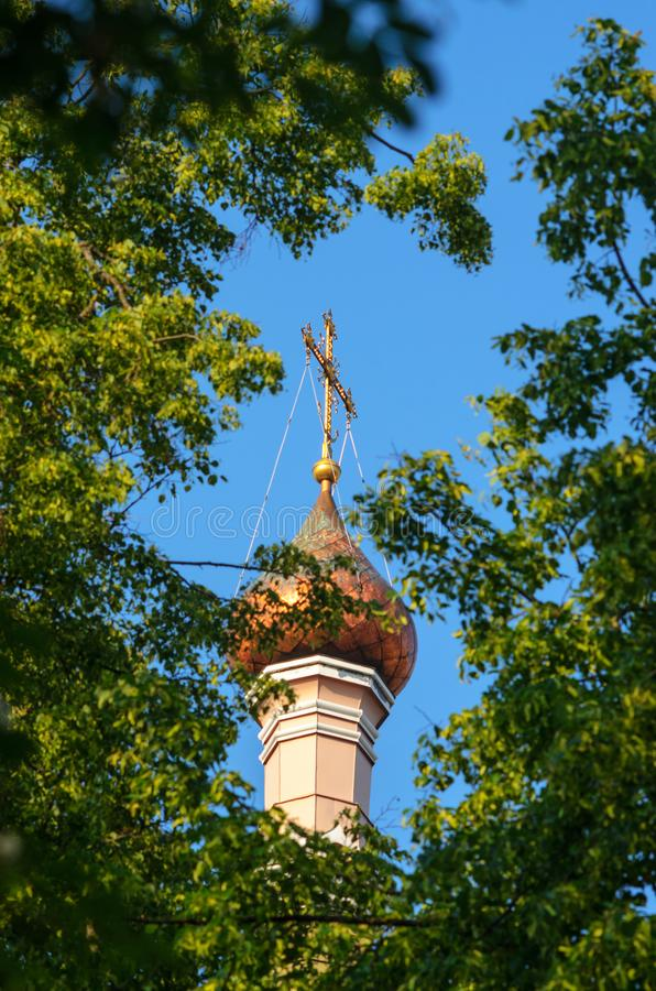 Christian Church Copper Dome med det förgyllda korset royaltyfria foton