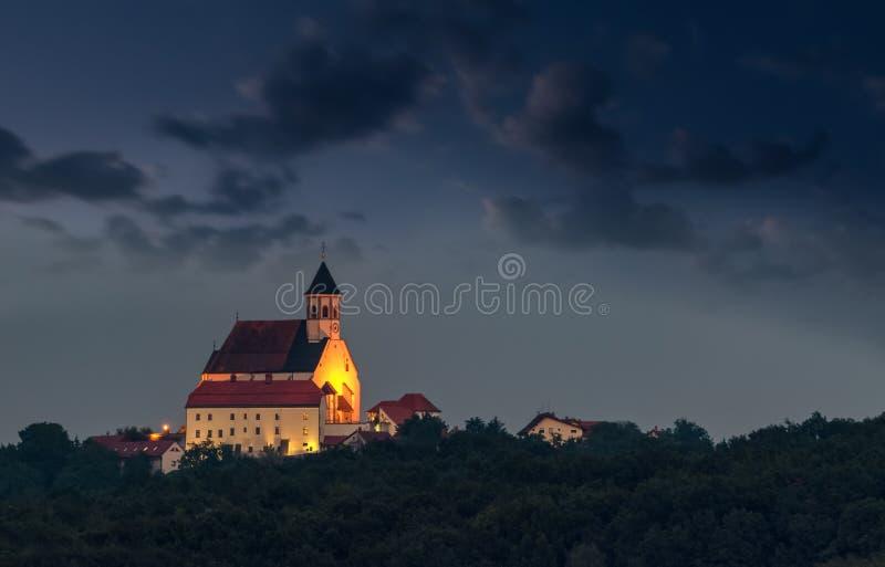 Christian Church lumineux sur la colline au crépuscule, Ptujska Gora, Slovénie images libres de droits