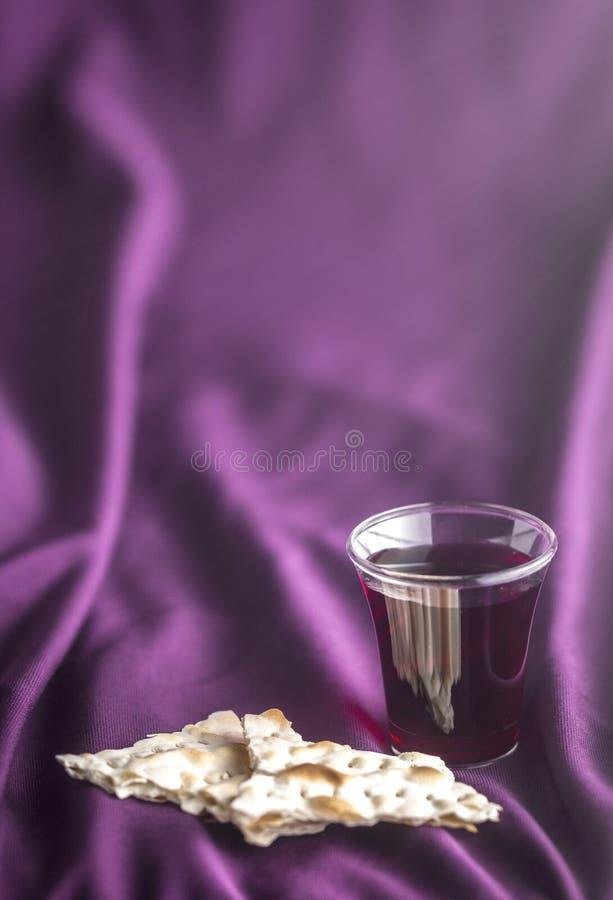 Christian Communion en un fondo púrpura imágenes de archivo libres de regalías