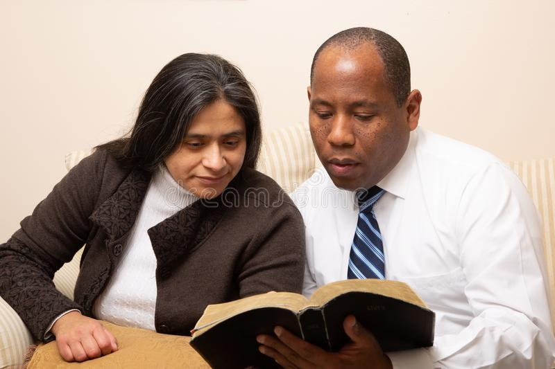 Christian Couple Studying Bible Together corso misto immagini stock