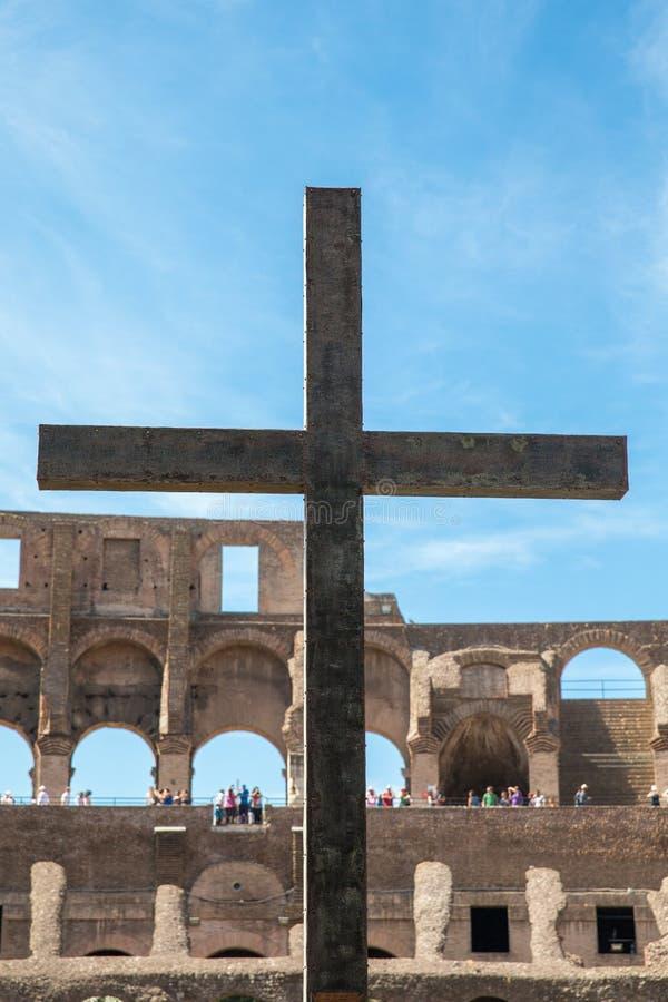 Christian Cross al Colosseum a Roma, Italia fotografie stock