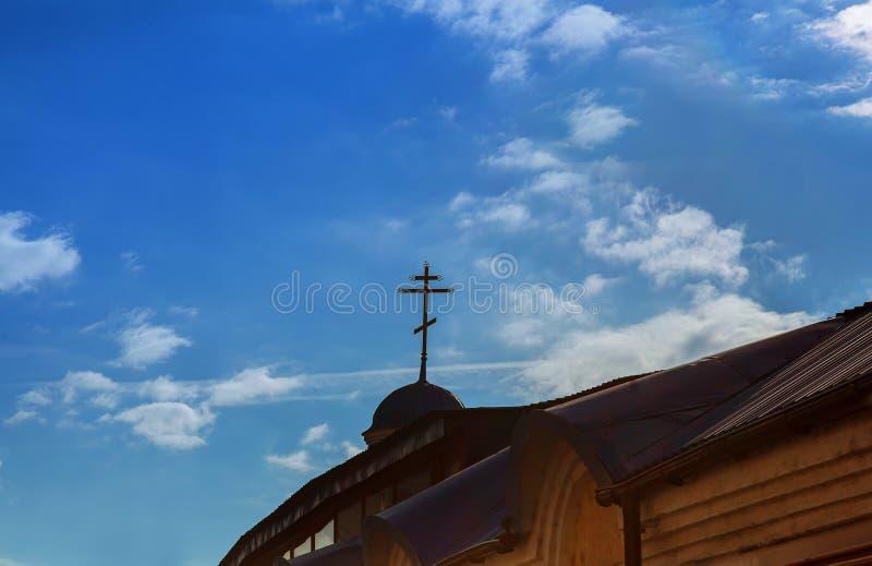 Christian Cross d'or sur un dôme d'une église orthodoxe orientale avec un ciel bleu nuageux à l'arrière-plan images libres de droits