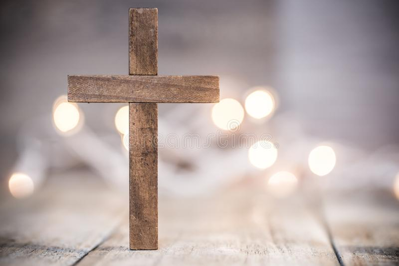 Christian Cross en un fondo suave de Bokeh imagenes de archivo