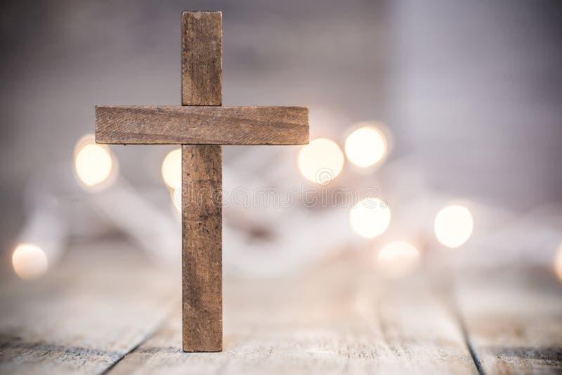Christian Cross på en mjuk Bokeh bakgrund arkivbilder