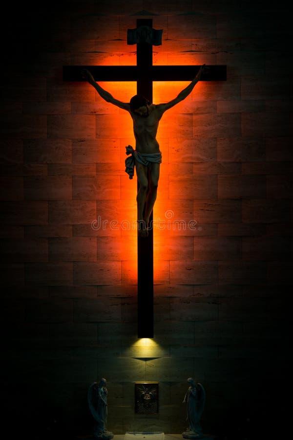 Christian Crucifix católico en silueta, con el tabernáculo debajo imagen de archivo libre de regalías
