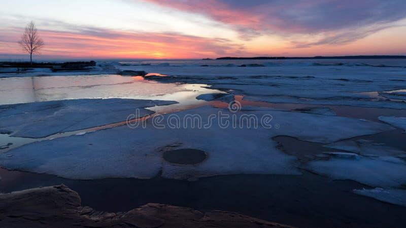 Christian Island Sunset - baía Georgian no inverno fotografia de stock