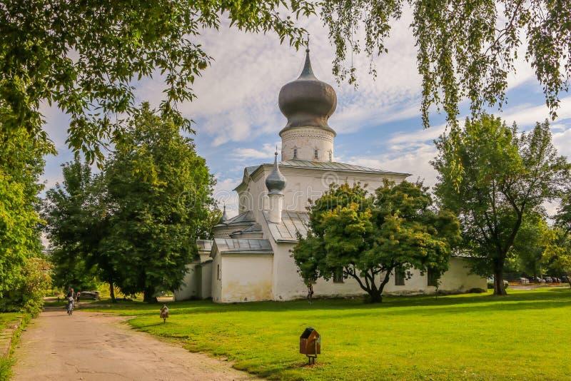 Christian Orthodox Church de la suposición transbordador de julio de 2016 Pskov Rusia foto de archivo
