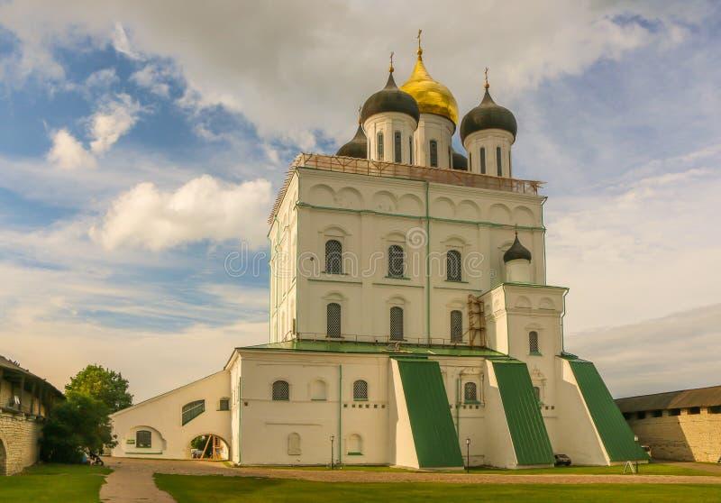 Christian Orthodox Holy Trinity Cathedral y campanario en julio de 2016 Pskov Rusia foto de archivo