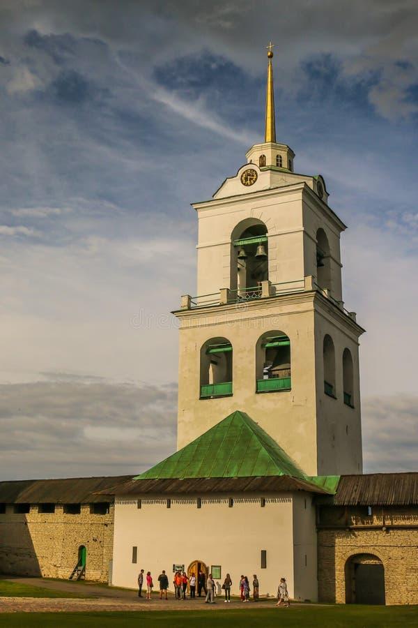 Christian Orthodox Holy Trinity Cathedral y campanario en julio de 2016 Pskov Rusia imagen de archivo libre de regalías