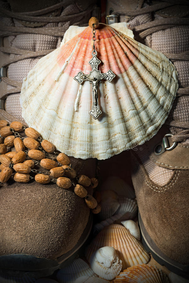 Christian Pilgrimage Symbols - Stiefel und Shell lizenzfreies stockbild