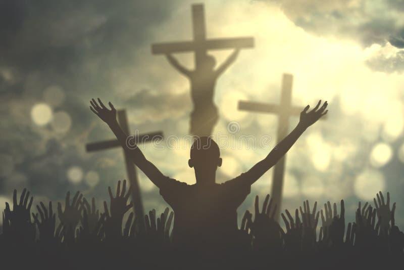 Christian Priest que ruega en la congregación imagenes de archivo