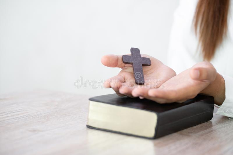 Christian Religion-de conceptenachtergrond, Menselijke handen open palm aanbidt omhoog Het herinneren van God en dankbaarheid, Ge stock foto