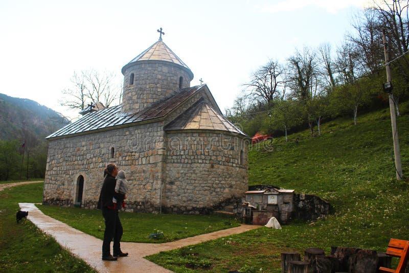 Christian Saint Archangel Michael Monastery ortodoxo en el pueblo de Djurdjevica Tara fotografía de archivo