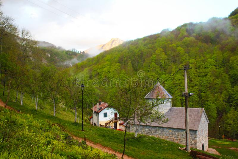 Christian Saint Archangel Michael Monastery ortodoxo en el pueblo de Djurdjevica Tara foto de archivo