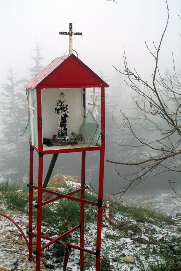 Christian Shrine danificado nas montanhas libanesas fotografia de stock royalty free