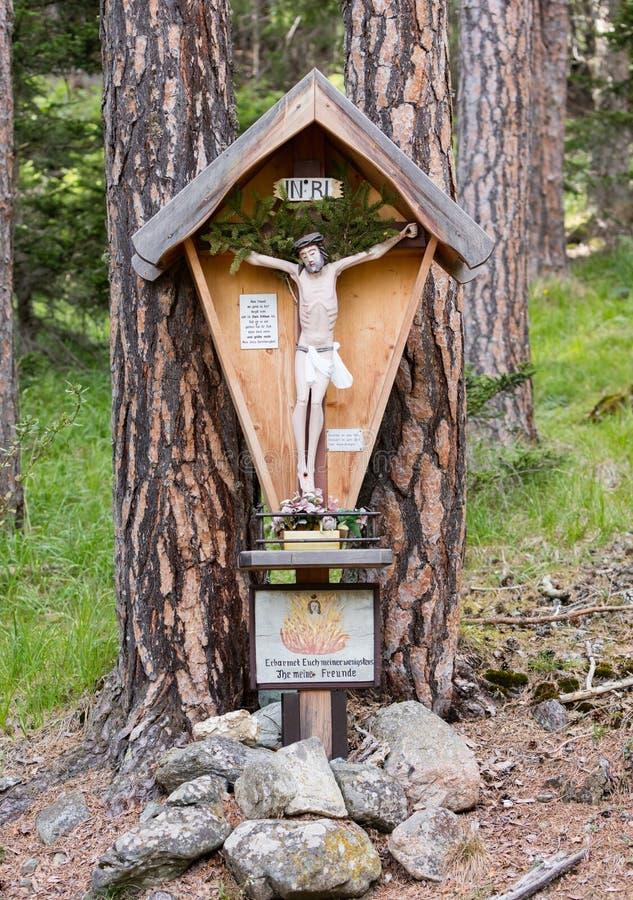 Christian Wayside Shrine idoso típico em uma estrada secundária foto de stock royalty free