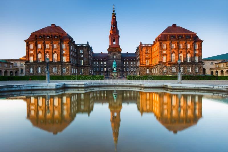 Christiansborg宫殿反射在哥本哈根,丹麦 库存照片