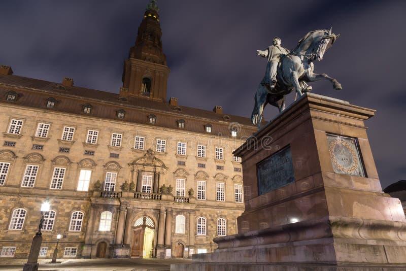 Christiansborg宫殿在哥本哈根在夜之前 免版税库存照片