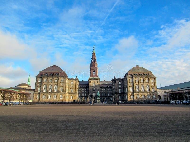 Christiansborg slott och regeringbyggnad på holmen av Slotsholmen i den centrala Köpenhamnen, Danmark royaltyfri foto