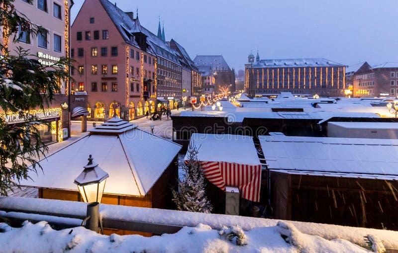 Christkindlesmarkt Nuremberg, snöig afton arkivbild