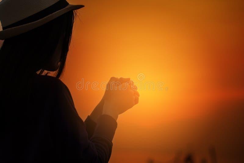 Christliche Anbetung der Frau Therapie des heiligen Abendmahl segnen den Gott, der bereutem katholischem Ostern Lent Mind Pray hi lizenzfreies stockbild